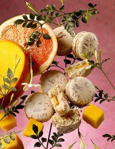 Pierre Hermé Paris:    Sous la coque moelleuse du biscuit macaron,   la douceur de la crème au jasmin s'associe au fruité de la mangue, tandis que le pamplemousse confit, de par son amertume, se découvre au hasard.