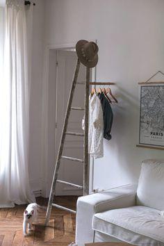[ DIY ]Une échelle de peintre transformée en portant - La Délicate Parenthèse | DIY déco et inspiration déco #déco #stayINspired #home Dremel, Home Interior, Decoration, Wardrobe Rack, Ladder Decor, Furniture, Blog, Home Decor, Clothes Hangers
