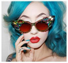 Blue hair + red lips = cool cat