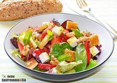 Ensalada con fresas, queso feta y vinagreta de miel | Gastronomía
