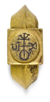 A BYZANTINE GOLD AND NIELLO FINGER RING WITH A MONOGRAM
