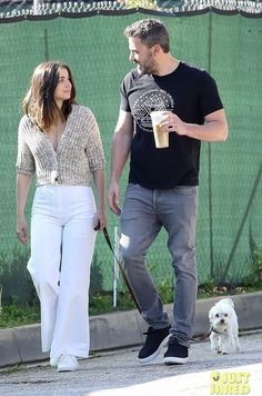 Ben Affleck and Ana de Armas likely living together in LA as they are spotted together again over the weekend Ben Affleck, Style Casual, Casual Outfits, Men Casual, My Style, Couple Style, Moda Fashion, Fashion Days, Street Fashion