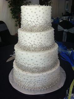 Adorable torta de boda decorada con perlas