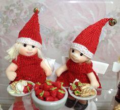 Itsekudotut punaiset joulumekot ja tonttuhatut 1:12 pikkutytöille 1mm sukkapuikoilla