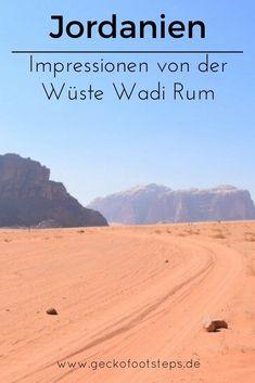 Eins der Highlights in Jordanien ist die Wüste Wadi Rum. Komm' mit auf unsere Familienreise zu Beduinen, Ziegen, rotem Sand und bizarren miFelsformationen. Wadi Rum, World Pictures, Wonderful Places, Travel Destinations, Highlights, Beach, Water, Outdoor, Traveling