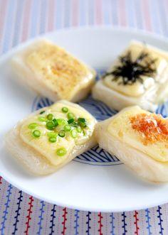 切り餅の上にスマートチーズをのせて焼くだけの簡単レシピ。<br> チーズの塩気とクリーミーさがお餅にマッチしてやみつきになる1品です☆