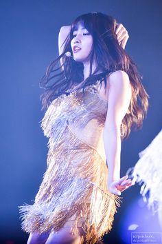 i know momo. being the dance machine is hard Nayeon, South Korean Girls, Korean Girl Groups, Asian Woman, Asian Girl, Signal Twice, Rapper, Sana Momo, Twice Korean