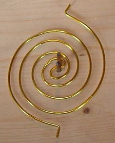 Double spiral coil tutorial by Meta Kumer.  Notice her easy 2 nail jig. #wire #jewellry #tutorial