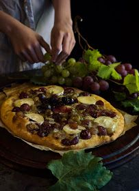 Los cerezos en flor: Coca de uvas asadas al vino de Oporto Fondue, Vegetable Pizza, Coco, Vegetables, Ethnic Recipes, Flower, Blue Cheese, Goat Cheese, Egg Yolks