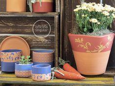 Conjunto de vasos de cerâmica com estampa artesanal, preparados para o plantio.    Peso: 6 kg  Altura: 20 cm  Diâmetro de boca: 18 cm R$120,00