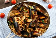 with Mussels How to make a classic seafood pasta: Spaghetti with Mussels!How to make a classic seafood pasta: Spaghetti with Mussels! Fish Recipes, Seafood Recipes, Pasta Recipes, Dinner Recipes, Cooking Recipes, Healthy Recipes, Copycat Recipes, Seafood Pasta, Seafood Dinner