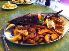 Vizafogó étterem (Baja). Kecsege kiadós körettel. Remek ételek, szuper kiszolgálás. Az árak közepes kategoriájuak.