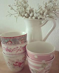 Guten Morgen erstmal viel Kaffe ☕ ich wünsche euch einen wundervollen Tag ♡  #kaffe #cafe #gutenmorgen #greengate #goodmorning #rosa #tassenliebe #tassen #flowers #blumen #ikea #dekoliebe #cappuccino #myhome #instahome #tupfen #pastel #fleur #weiss #interiordesign