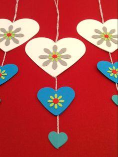 Hjerter i hvid, blå, sølv og turkis. Til juletræet eller grene i vase. Se mere på www.jannielehmann.dk