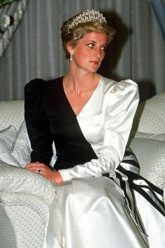 17 November 1986: Charles & Diana attended the State Banquet given by the Crown Prince in Saudi Arabia. Diana wore a long black & white duchess satin gown by the Emanuels. The dress tied on to the hip w/ a large striped bow.