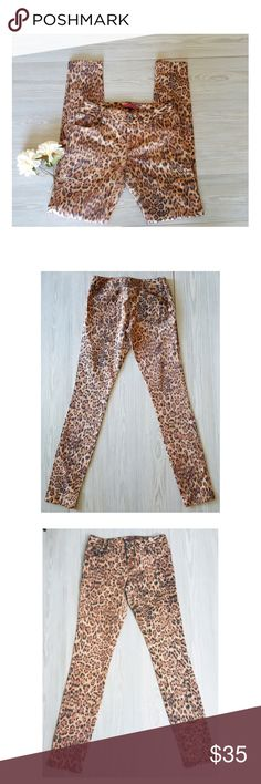 "Alice & Olivia Jeans Leopard Print Stretch fit * Brand: Alice & Olivia  * Style: Jeans Stretch Fit  * Size: 4 * Color: Brown Tan * Fabric: 86% Cotton 11% Lycra 3% Spandex * Details; Stretch fit leopard pattern 5 pocket zip fly with light wear.  * Waist: 13.5"" flat across * Hips: 16.5""  * Front Rise: 8""  * Inseam: 32""  * Condition: Pre-loved pre-washed. 👍🌺 Alice + Olivia Jeans Skinny"