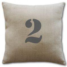 Coussin avec un chiffre : inscrivez votre chiffre fétiche sur cette housse de coussin en lin pour une déco originale et tendance ! C'est aussi une bonne idée de cadeau.