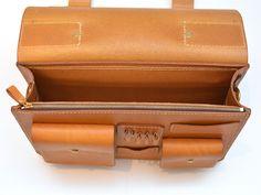 ハードレザーの革を贅沢に使った総かぶせのビジネスバッグ。一目見て、HERZの鞄と分かる重厚感溢れるデザインは永遠のロングセラーバッグ。頑丈な作りと、高い機能性を併せたレザーバッグです。