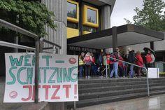 Streikaktion: Kurzzeitig blockieren Erzieher und Sozialarbeiter die Eingangstreppe am Neuen Rathaus in Göttingen.
