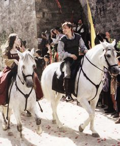 Peter, Susan, Edmund and Lucy ride in Caspian's coronation parade in The Chronicles of Narnia, Prince Caspian. I hate that they didn't show very much of Edmund and Lucy riding. Peter Pevensie, Susan Pevensie, Edmund Pevensie, Narnia Cast, Narnia Prince Caspian, Narnia Movies, Cair Paravel, William Moseley, Plus Tv