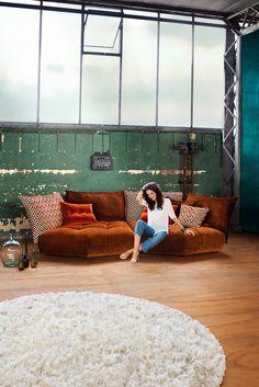 """Das """"Matilda"""" Design Sofa von Bretz überzeugt neben seiner ausladenden Form, durch den modularen Aufbau, der eine ganz individuelle Zusammenstellung möglich macht. Die Lehnen, der Korpus und die Füße sind frei wählbar."""