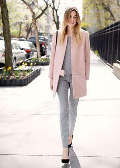 calça listrada e blazer rosa