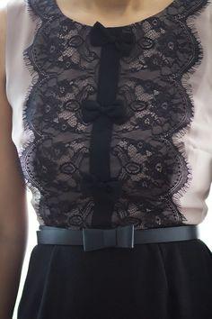 Добавить кружева и банты на простом рубашке или платье: