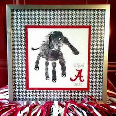 For my UA friends. University of Alabama Crimson Tide Big Al Hand Print. Paint your child's hand gray and print it on paper. Then, paint in details like eyes, tail and feet, paint an A, and frame with a scrapbook paper matting. Alabama Baby, Sweet Home Alabama, Alabama Football, Alabama Crimson Tide, College Football, Auburn Alabama, Football Stuff, Oklahoma Sooners, Football Fans