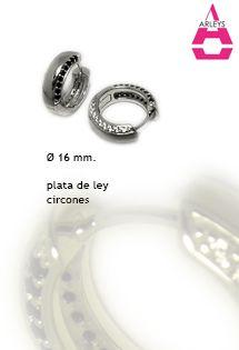 Pendientes de aro de plata de ley de la firma Arleys Jewelry, con 16 milímetros de diámetro, circonitas blancas y negras microengastadas. Alta joyería en plata de 925 milésimas altamente pulida y rodiada.