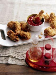 Bestrooi de kip met knoflookpoeder, zout en peper.   Doe voor het beslag alle droge ingrediënten in een kom en meng er als laatste met een garde de...