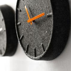 Felt 毛氈掛鐘 (橘指針)提到荷蘭設計,一向前衛實驗卻又平易近人。這般矛盾之所以能大放異彩,不外乎是創意發揮地簡單精準,足以貼近生活。而居家掛鐘,有些人努力扭轉以金屬原料設計為主的掛鐘的冰冷形象,便將色彩穿上身,或用木材拼製作成,但這一次荷蘭 LEFF Amsterdam 再度運用了別於以往的思維,從頭到腳真真正正換了一種新作法讓掛鐘更有溫度。      設計師 Sebastian Herkner 是一個堅定的環保主義者,不愛受限於主流而受歡迎的材質、技術與設計風格。Felt 意即毛氈,觸感有點像是羊毛衫布料。但這件看起來很溫暖的掛鐘其實是用 PET 纖維聚合物製作。    這是一種由回收寶特瓶加工所製成的 100% 可回收材料,還具有隔音效果。生產過程既不需要塗膠或樹脂等黏著劑,也不用任何螺絲及卡榫,整個鐘盤一體成形,卻沒有任何堅硬的金屬或木框架。(當然,還是有日本石英機芯等掛鐘零件) 不僅是當代最新的環保應用,也很難可以找到其他相似的掛鐘作品。    於是 Sebastian…