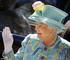 The Queen In Nick Smith looking very Spring-Like Hm The Queen, Her Majesty The Queen, Queen B, Elizabeth Philip, Queen Elizabeth Ii, Couture Fashion, Couture Style, Taking A Knee, House Of Windsor