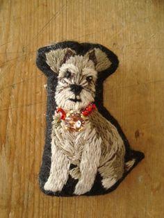 MIYUMO 犬刺繍コレクション (シュナウザー) ★縦 約5.5cm ★横 約4.5cm ★厚み 約2cmリアルなワンちゃん刺繍のブローチです。お洋服やバックのワンポイントに、とっても可愛いいで…