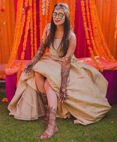 Mehendi clicks Brides Must have on Mehendi Photography Mehendi Photography, Indian Wedding Photography Poses, Photography Books, Photography Ideas, Sangeet Outfit, Mehndi Outfit, Mehndi Dress, Bridal Poses, Pre Wedding Photoshoot