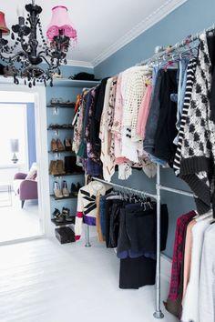 comment bien ranger sa chambre, avec des espaces pour les vêtements, grand luminaire baroque en noir et fuchsia, sol aux dalles en carrelage blanc, murs en bleu canard