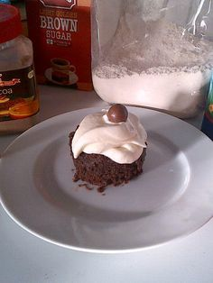 A 4 minute eggless microwave chocolate cake that actually tastes like chocolate cake! Chocolate Mug Brownies, Microwave Chocolate Cakes, Mug Cake Microwave, Chocolate Mug Cakes, Microwave Recipes, Chocolate Chips, Chocolate Cherry, Eggless Desserts, Eggless Baking