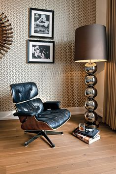 We think the Eames lounge chair stands perfectly to this hardwood floor Oak Honey! with by boenflooring Modern Flooring, Industrial Dining Chairs, Accent Chairs For Living Room, Classic Elegance, Floor Design, Hardwood Floors, Showroom, Furniture, Home Decor