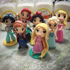 """Boa noite a todos! Uma parte da """"turminha"""" passando para avisar, que é amanhã o lançamento Fofinhos Biscuit do Gi com preço especial de lançamento! Começa as 9:00h até 12:00h. Até lá!!!✌️ #biscuitdogi #biscuit #jlartesanato #coldporcelain #porcelanafria #caketop #topodebolo #cute #fofinho #waltdisney #disney #princess #frozen #elsa #anna #rapunzel #ariel #jasmine #brancadeneve #aurora #festainfantil #festaprincesa #princesa #decoração #arte #artesanato #myjob #chibi #encontrandoideias"""