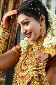 A bride with 5 Kg. Wedding Jewellery Designs, Antique Jewellery Designs, Indian Wedding Jewelry, Indian Bridal Wear, Indian Jewelry, Bridal Jewellery, Indian Weddings, Diamond Jewellery, Jewelry Design