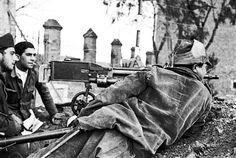 Spain - 1938. - GC - Batalla del Ebro - Tres soldados aparecen junto a una ametralladora.