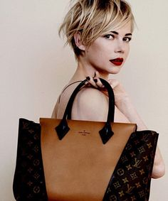 Michelle Williams looking gorgeous for Louis Vuitton. (via Michelle Williams Is Growing Out her Short Haircut: Girls in the Beauty Departmen. 2015 Hairstyles, Pixie Hairstyles, Trendy Hairstyles, Pixie Haircuts, Blonde Hairstyles, Blonde Pixie Haircut, Messy Pixie Haircut, Haircut Bob, Messy Bob