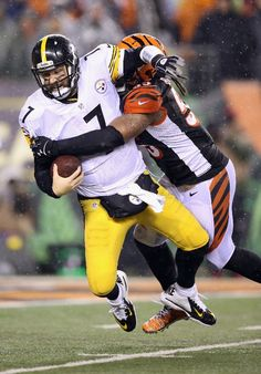 Vontaze Burfict #55 of the Cincinnati Bengals sacks Ben Roethlisberger #7 of the Pittsburgh Steelers in the third quarter during the AFC Wild Card Playoff game at Paul Brown Stadium on January 9, 2016 in Cincinnati, Ohio. Roethlisberger was injured on the play. (Photo by Andy Lyons/Getty Images)
