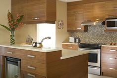Armoires de cuisine de style contemporain.  L'îlot et la totalité de la cuisine ont été réalisé en sapele naturel horizontal.  Le tout est harmonisé avec un comptoir de quartz.