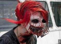 une famme effrayante maquillée pour Halloween
