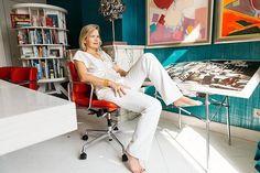 Zie hoe de kast van zakenvrouw Heleen Dura van Oord er uit ziet? Link in bio. Foto: @irisduvekot | creative: @kimerich | styling: @dijkstradijkstra