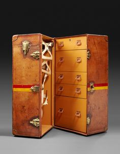 Malle cabine - Above Luxe - Actualité luxe & lifestyle exigeant Luxury Luggage, Convertible Furniture, Cuir Vintage, Campaign Furniture, Vintage Trunks, Old Suitcases, Diy Wardrobe, Steamer Trunk, Vintage Storage