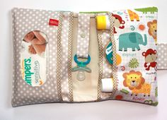 A diaper bag or nappy bag is a storage bag with many pocket-like spaces that is big enough to carry everything needed by someone taking care of a baby while taking a typical short outing. Baby Sewing Projects, Sewing For Kids, Diy For Kids, Sewing Crafts, Handgemachtes Baby, Baby Love, Diy Bebe, Creation Couture, Baby Party