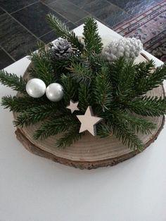 Kerststuk op boomstam schijf