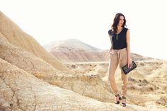 """Top GREGE. Les perles brodées à la main, entre bohème chic et fièvre du samedi soir. Pantalon GOLF. Le  Tencel de ce pantalon aux allures de sarouel, à la fois doux comme la soie et frais comme le lin. Pochette GALAX. Sandales GLASSBORO KARSTON.#mode """"top#noir#perle#brodée#bohème#chic#gypset#boho#bohemian#pantalon#fauve#rock#pochette#sandales#karston#elora#"""