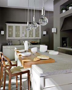 pendente simples e leve sobre bancada da cozinha